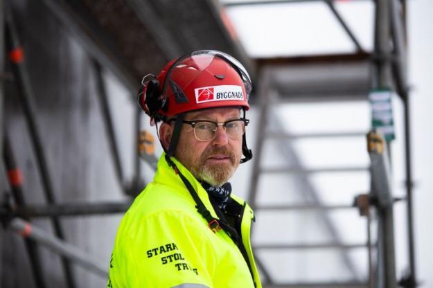 – Under året har fack och arbetsgivarna stått sida vid sida på seminarier och pratat om hur vi ska städa upp branschen. Men när vi sedan sitter i förhandlingar går de inte från ord till handling. Det här är en ödesfråga för byggbranschen. Vilken väg ska vi gå? En byggbransch i världsklass eller en byggbransch i spillror?, säger Johan Lindholm, förbundsordförande Byggnads.