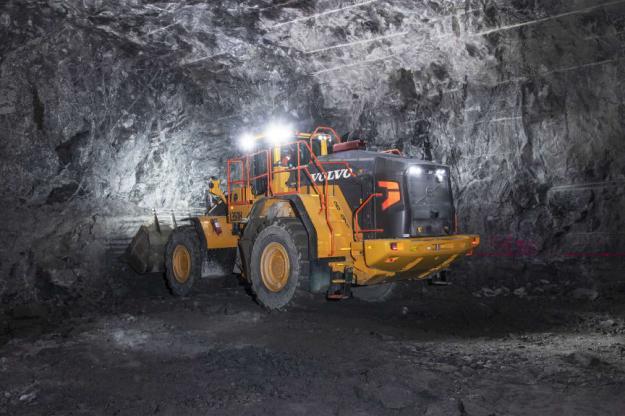 Varje natt lastas det ut 10 000 ton berg i tunnelbygget mellan Vällingby och Spånga. Tre Volvo L350H hjullastare används i arbetet.