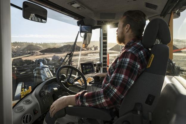 Volvo CE:s unika Volvo Co-Pilot-monitor finns nu för fler maskiner – från L60H upp till L350H. Den 10-tums pekskärmen i hytten ger åtkomst till flera Load Assist-applikationer (beroende på maskinmodell) som syftar till att optimera förarprestanda och platseffektiviteten.