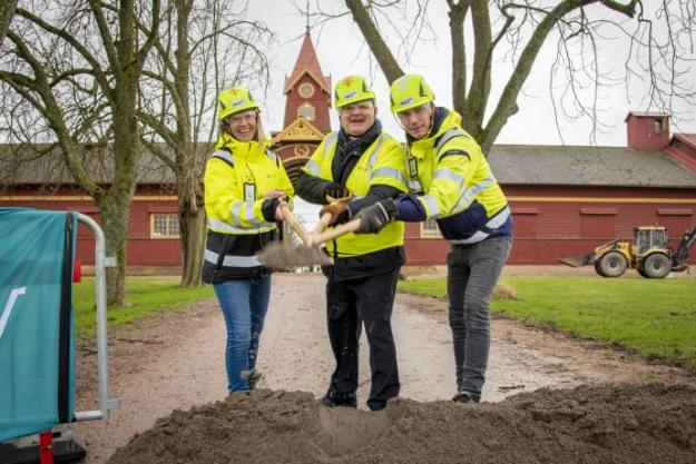 Från v. i bild: Marie Hafström, byggledare IP-Only, Stefan Pettersson (M), ordförande i samhällsbyggnadsnämnden och Pontus Borg, platschef NCC, markerade starten för andra etappens fiberutbyggnad.