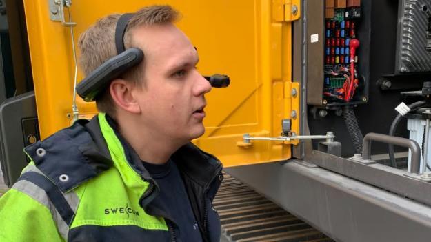 Jonatan Ericsson, servicetekniker hos Swecon i Västerås, testar handsfree-lösningen.