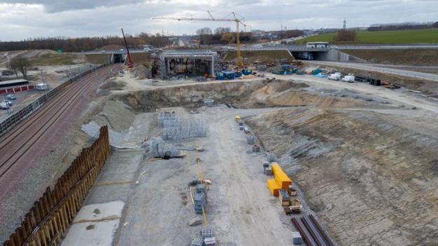 Motorvägsbron som nu ska lanseras i trafikplats Alnarp är en förutsättning för att Trafikverket ska kunna bygga ut järnvägen mellan Malmö och Lund till fyra spår.