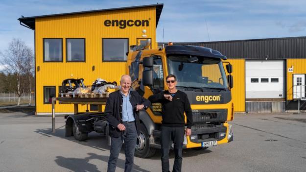 Bob Persson, VD och ägare av Wist Last & Buss, och Stig Engström, Engcons grundare och ägare, framför den nya specialutrustade lastbilen.