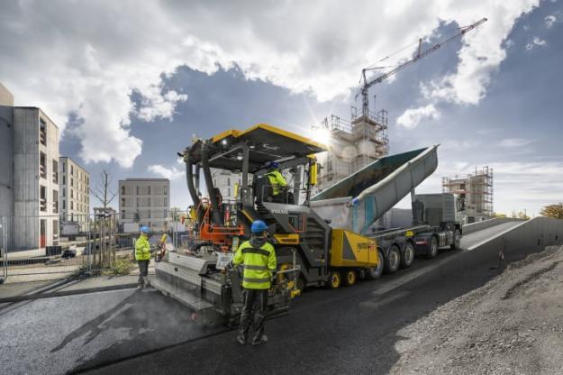 Volvo Construction Equipment har arbetat med att förbättra användarvänligheten och mångsidigheten hos sina hjulburna asfaltläggare, och P6870D ABG är det perfekta exemplet. Den här asfaltläggaren kan åstadkomma oslagbara resultat i olika läggningsapplikationer – oavsett om det handlar om små bostadsområden eller stora landsvägsprojekt.