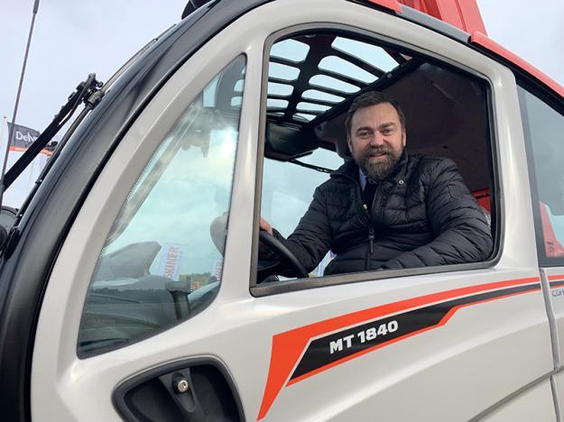 De allra första Manitou MT1840A har kommit till Scantruck AB och tas emot av marknadschefen på Scantruck AB, Peter Claesson. Fler är på väg och väntar på att sändas ut till väntande kunder som köpt maskinerna innan de ens kommit till Sverige.