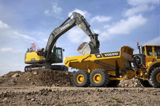 Den nya EC300E Hybrid-grävmaskinens bomsänkningsrörelse laddar energilagrande ackumulatorer som används för att driva motorsystemet.