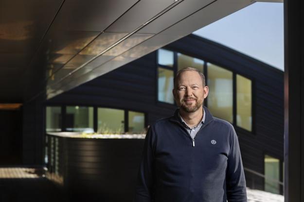 Mats Håkansson, ny projekteringsansvarig på Contractor framför Glitne, ett av de stora projekt som han ansvarat för under sin tid på Balticgruppen, ett projekt där Contractor var entreprenör.