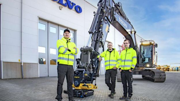 Från vänster: Elias Svensson (delägare Tingsholmens Entreprenad), John Svensson (delägare Tingsholmens Entreprenad) och Oscar Johansson (som ska köra maskinen).