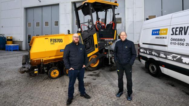 Jerry Tillberg och Tommy Wahlsten med Volvo P2870D asfaltläggare.