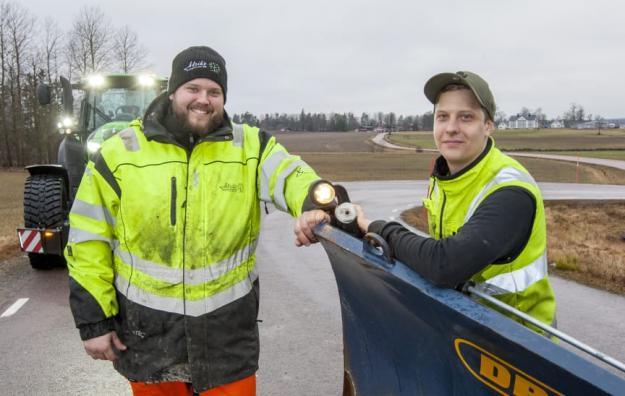 David Alriksson och Oskar Hallsten tycker att lösningen med traktor som redskapsbärare fungerar bra. Dessutom innebär det bättre arbetsmiljö och lägre bränsleförbrukning, än vid körning med hjullastare.