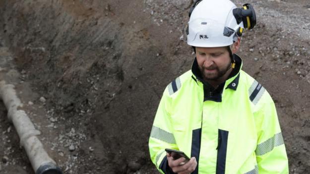 Kontoret i fält! Appen GeoDig förenklar för gräventreprenörer att ha koll på ledningsanvisningar vid grävarbeten.