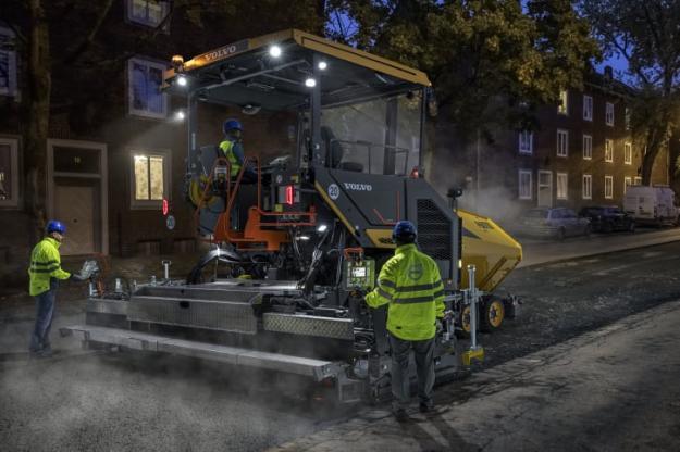 P6870D ABG har förbättringar i fråga om drifttid och effektivitet: ett av de viktigaste framstegen är 13-tonstråget och en bränsletankvolym som räcker till 10 timmars oavbrutet läggande. Det finns dessutom ett system som skyddar mot bränslestöld och Volvo CE har även en rad belysningssatser, så att du kan se och göra mer vid dåliga ljusförhållanden.