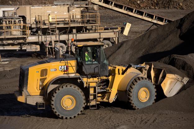 Cat 982 XE lastar bergmaterial.