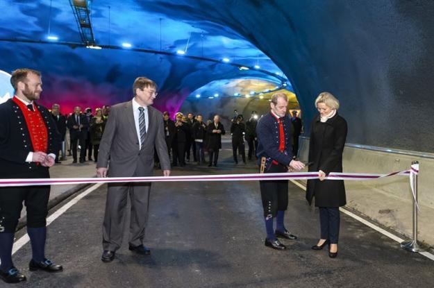 Fv. Den färöiska finans- och transportministern Jørgen Niclassen klipper bandet och öppnar Eysturoy-tunneln tillsammans med borgmästare Annika Olsen i Tórshavn, längst till vänster vd Teitur Samuelsen från kunden EST