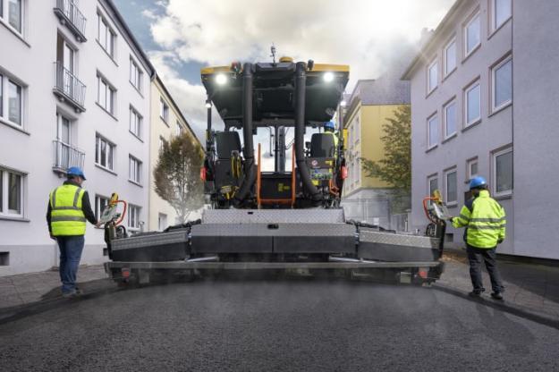 Med en läggningsbredd på upp till 9 meter kan P6870D ABG utrustas med en rad olika skridar som passar för en mängd olika arbetsplatser och material. Volvos Variomatic-skridar har åtta styrrör, fyra för varje hydraulförlängning, som tillsammans med den valbara skridspännanordningen bidrar till en enhetligt och jämnt kompakterad yta.